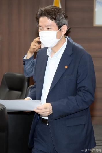 [사진]북민협 면담 참석하는 이인영 장관