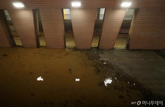 [사진]빗물에 잠긴 잠수교 통행로