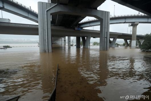 [사진]한강 수위 상승, 교통 통제된 잠수교