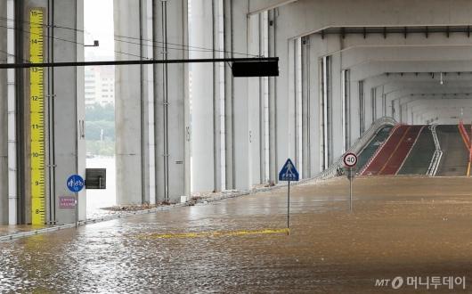 [사진]한강 수위 상승에 잠긴 잠수교