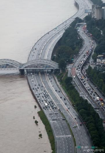 [사진]차량 통제된 올림픽대로