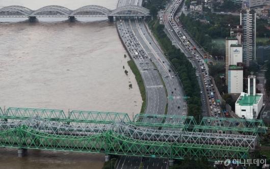 [사진]침수 우려 올림픽대로 일부 통제