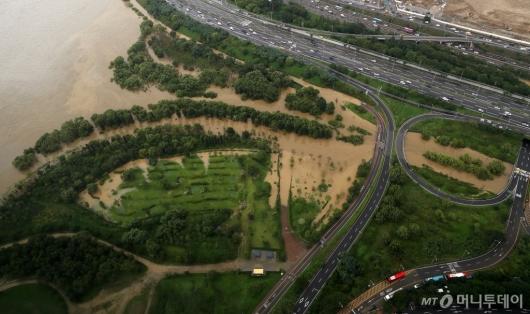 [사진]흙탕물로 가득찬 한강공원