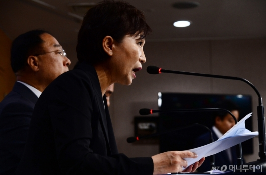 [사진]김현미 장관, 서울권역 등 수도권 주택공급 확대방안 브리핑