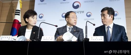 [사진]이야기하는 홍남기-서정협