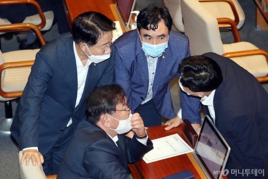 [사진]이야기하는 민주당 지도부