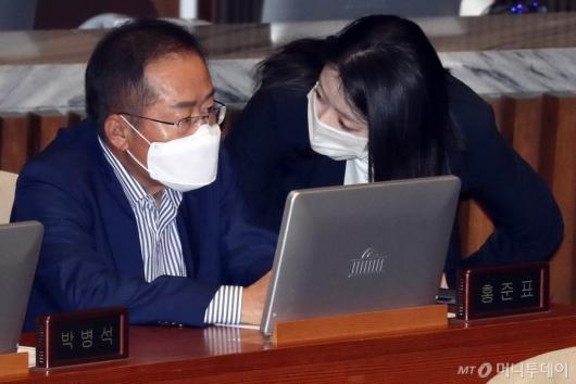 [사진]이야기하는 홍준표-배현진