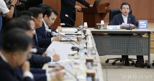 [사진]인사말하는 김용범 기재부 차관
