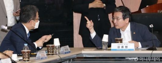 [사진]이야기하는 김용범-정지원