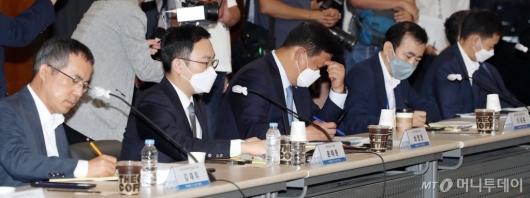 [사진]이해찬 위원장 발언 듣는 '뉴딜펀드 정책간담회' 참석자들