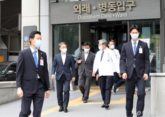 [사진]응급실 향하는 박능후 장관