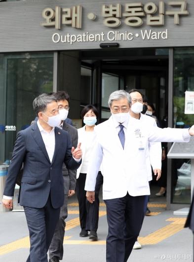 [사진]'의료계 집단 휴진' 응급실 향하는 박능후