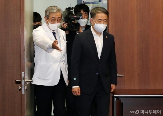 [사진]간담회장 들어서는 박능후 장관