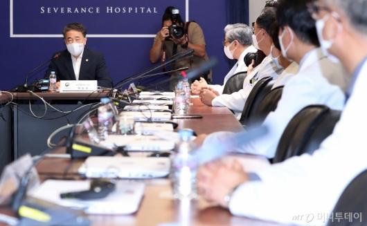[사진]'의료계 집단 휴진' 병원 방문한 박능후 장관
