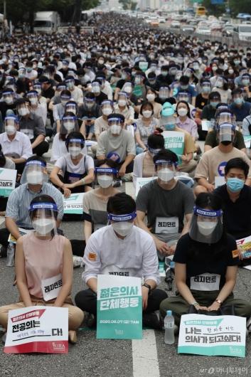 [사진]여의도공원 인근에 모인 전공의들