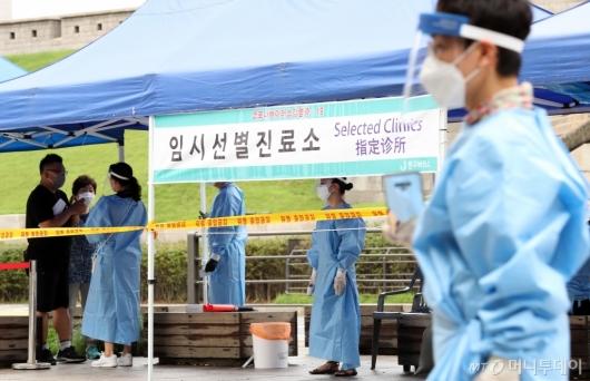 [사진]'코로나19' 집단감염 우려 속 검사받는 시민들