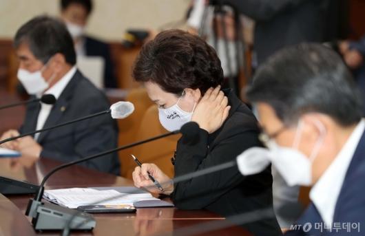 [사진]부동산 점검 회의 참석한 김현미 장관