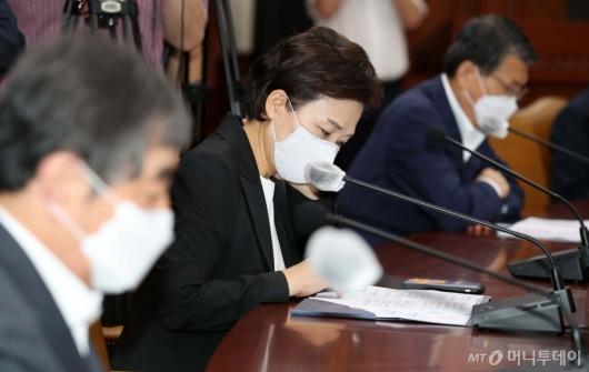 [사진]생각에 잠긴 김현미 장관
