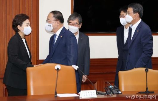 [사진]악수하는 홍남기-김현미