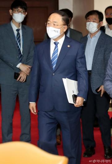 [사진]부동산시장 점검회의 참석하는 홍남기 부총리