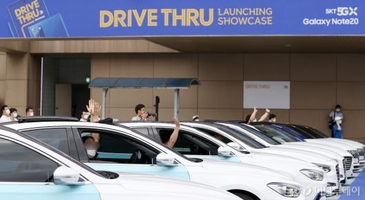 [사진]차 안에서 공연 즐기는 '갤노트20' 이용 고객들