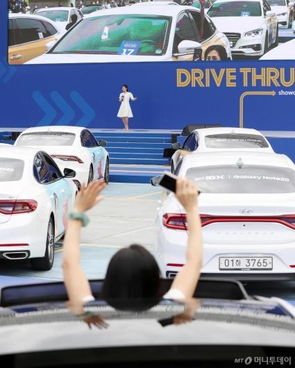 [사진]차 안에서 즐기는 송가인 공연