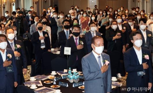 [사진]국민의례하는 '2020 대한민국 지속가능 혁신리더 대상' 참석자들