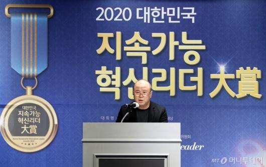 [사진]'2020 대한민국 지속가능 혁신리더 대상' 심사평하는 이정헌 교수