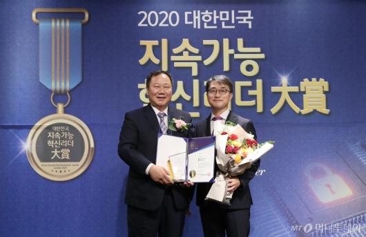 [사진]김인호 서울시의회 의장 '2020 대한민국 지속가능 혁신리더 대상' 본상 수상