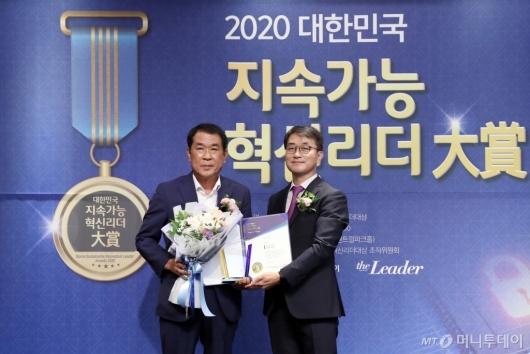 [사진]윤창욱 의원 '2020 대한민국 지속가능 혁신리더 대상' 본상 수상