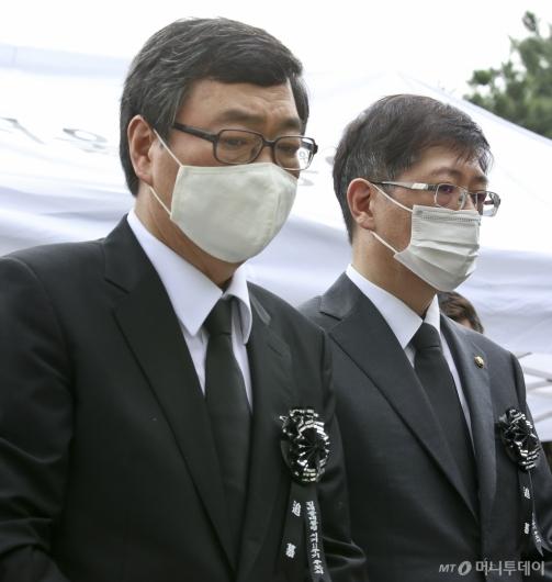 [사진]추도식 참석한 김홍업-김홍걸