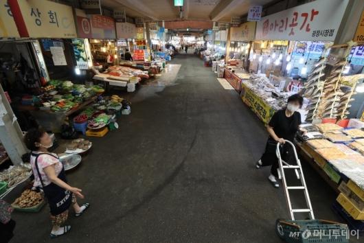 [사진]코로나19 재확산에 한산한 전통시장