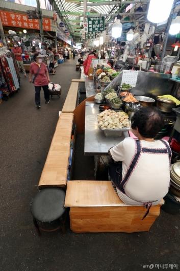 [사진]코로나19 재확산에 전통시장 '한산'