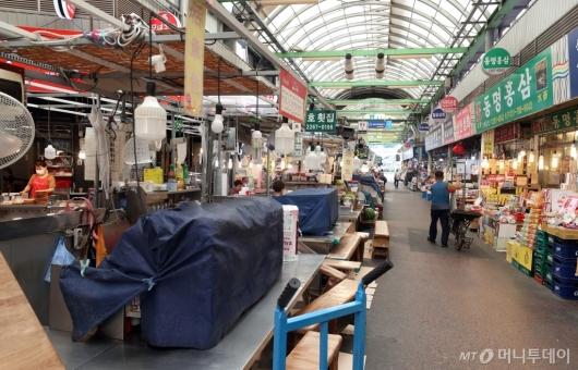 [사진]코로나19 재확산에 유동인구 줄어든 전통시장