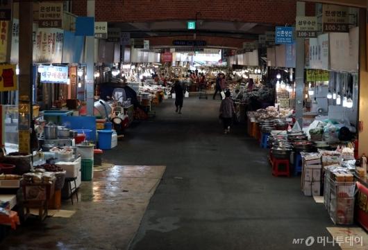 [사진]발길 줄어든 전통시장