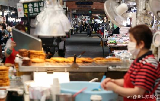 [사진]평소 대비 한산한 전통시장