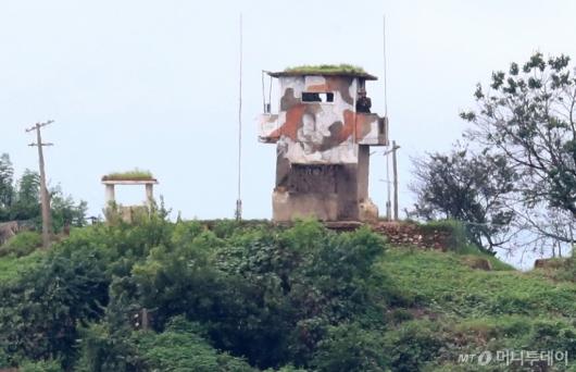 [사진]깃발 내린 북한 초소