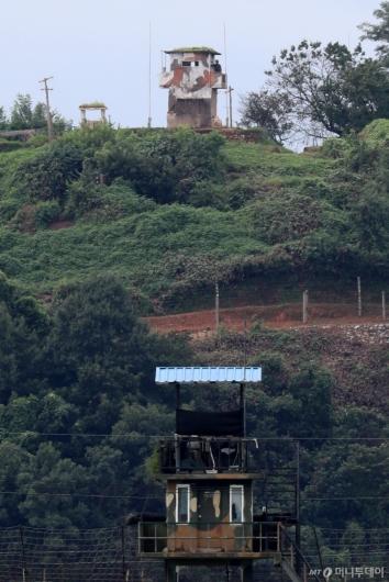 [사진]깃발 내린 북한군 초소
