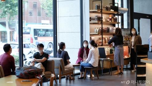 [사진]거리두기 완화, 프랜차이즈 카페 정상영업