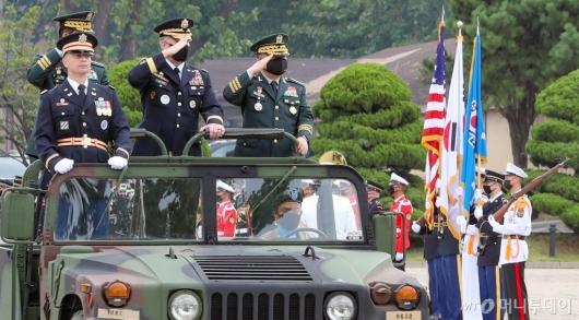 [사진]거수경례하는 박한기 합참의장-에이브럼스 사령관