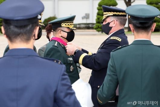 [사진]훈장 수여받는 박한기 합참의장