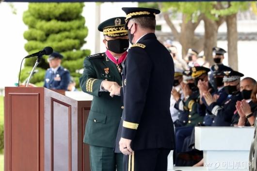 [사진]인사하는 박한기 합참의장-에이브럼스 사령관