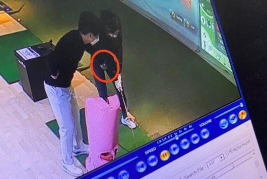 """""""골프 강사, 자세 교정한다며 사타구니에…"""" CCTV에 찍힌 나쁜 손"""