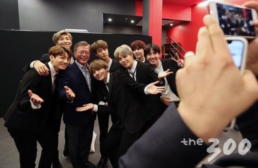 BTS, 청와대에서 다이나마이트 터뜨리다(feat 文대통령)
