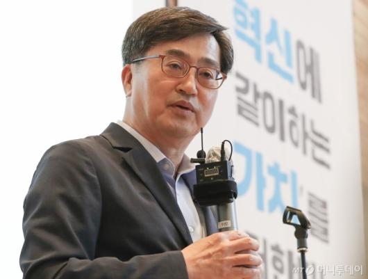 [사진]인사말하는 김동연 전 부총리