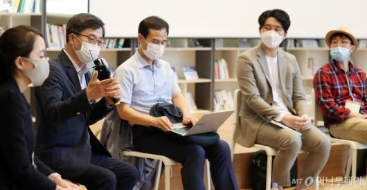 [사진]'소셜임팩트 포럼' 토론하는 김동연 전 부총리