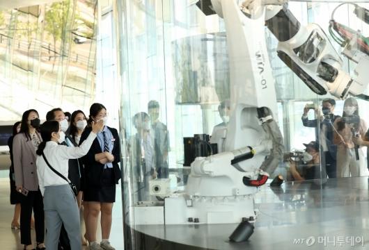 [사진]자동차 제조공정 살펴보는 여학생들