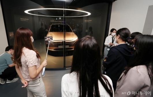 [사진]현대 수소차 넥쏘 살펴보는 이공계 여학생들