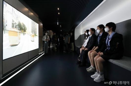 [사진]모터 스튜디오 체험하는 이공계 여학생들