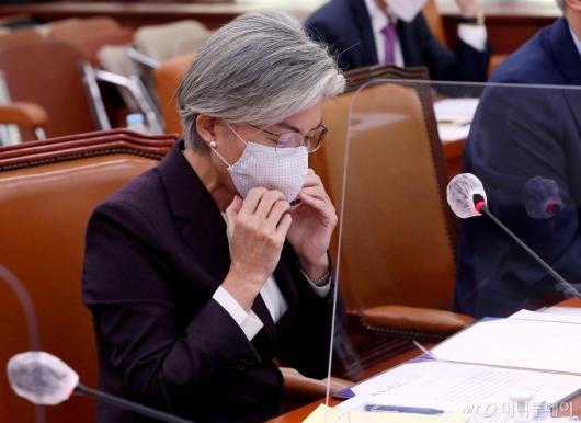 [사진]마스크 고쳐 쓰는 강경화 장관